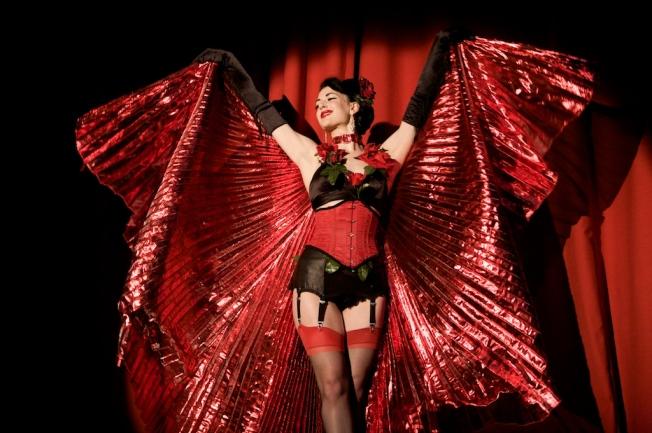 Burlesque celebrates feminin sexuality.